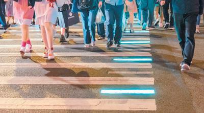 """""""低头族""""成安全新隐患:开车骑车过马路不忘刷手机"""