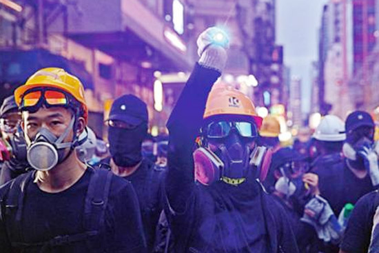 乱港分子承认:台湾一夜之间送来大量头盔