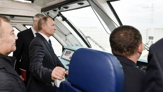普京乘首班列车穿过克里米亚大桥 乌克兰:严重侵犯主权