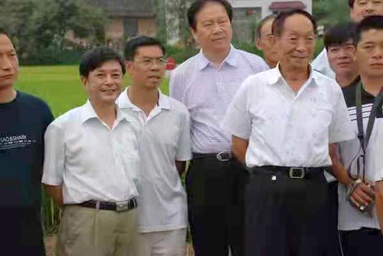 深情追思:在希望的田野上,袁隆平先生抿着嘴儿笑了