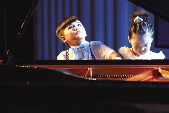 小小钢琴家的精彩表演